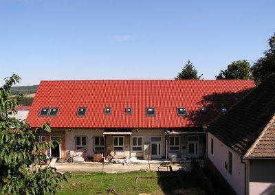 Školní jídelna Hudlice, stavba vázaného krovu, krytina Ruukki Monterrey Purmatt, střešní okna VELUX