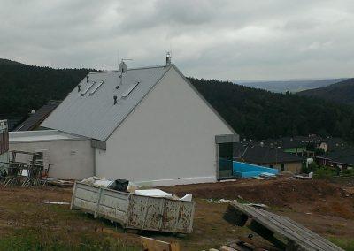 RD Hýskov, Novostavba RD, stavba krovu, krytina Lindab Click Elite, střešní okna Rototronic