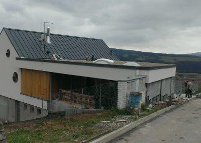 RD Hýskov, stavba krovu, krytina Ruukki Classic Pual matt, střešní okna Roto
