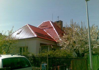 RD Praha rekonstrukce střešního pláště. Krytina Lindab LPA